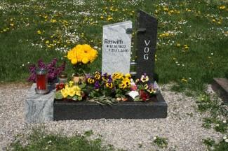 Familienurnengrab mit gelber Blume